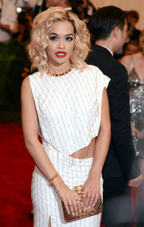 As the summer rolls around, the length is coming off our hair by the inch. Bobs are in and Rita Ora proves that with short hair also comes versatility. Yay!