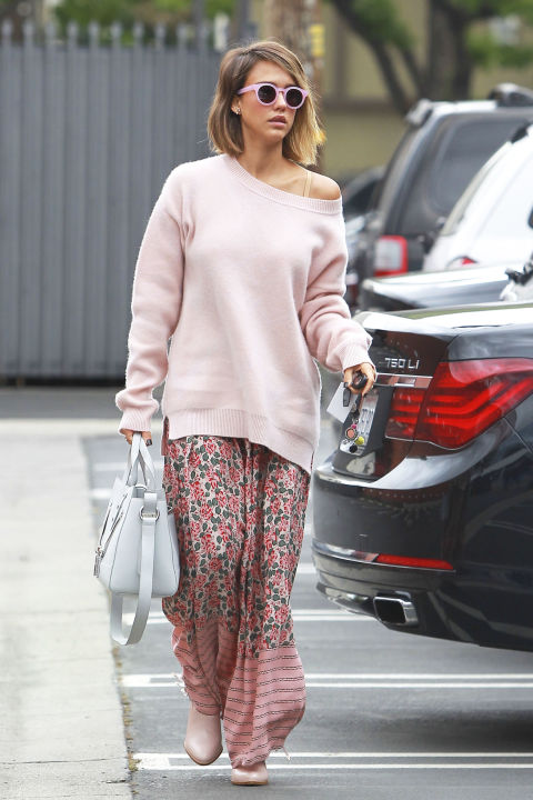 Uma camisola slouchy desgastado fora do ombro com uma saia maxi floral é partes iguais chique e nível de pijama confortável.