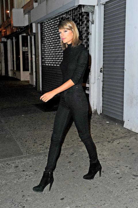 Eh bien sur son chemin pour devenir un vrai New-Yorkais, portant dons Swift tous un col roulé noir, jean taille haute et des bottines en daim.