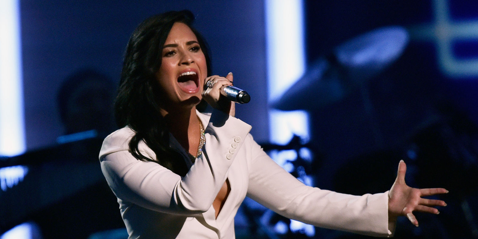 Watch Demi Lovato Sing Lionel Richies Hello At The