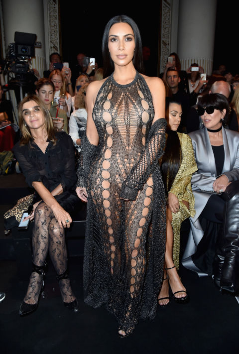 Kim mostrou seu bod assassino em um vestido & nbsp preto malha halter; com um casaco combinando no show Balmain durante a Paris Fashion Week. & Nbsp; com o cabelo e mínimas acessórios elegantes, em linha reta, Kimmy deixe sua roupa fazem. & Nbsp; * todos * a falar & nbsp ;