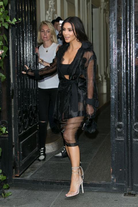 Kim vai para um conjunto enorme de todo preto com tiras saltos nus quando sai na rua, em Paris. & Nbsp;