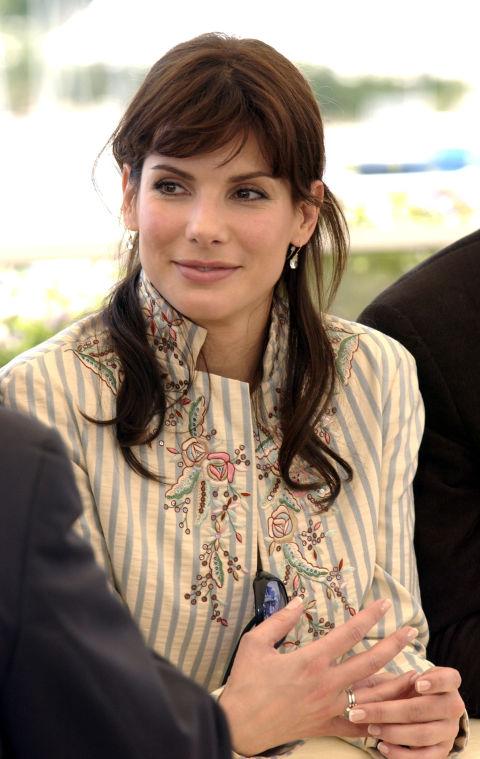 Взгляд женщины, которая знает, что ее когда-либо-так-слегка-волнистые челки заслуживает золотой трофей.вы